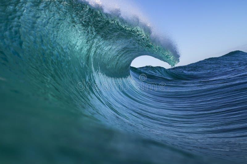 Starke Welle ungefähr zum Explodieren stockfoto