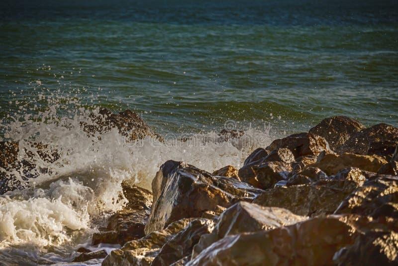 Starke Welle von Seeschl?gen auf den Felsen lizenzfreie stockfotos
