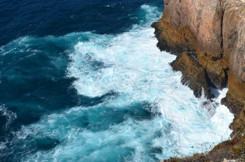 Starke Wellen im blauen Meer stockbilder