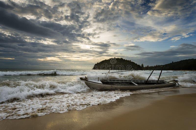 Starke Wellen schlugen das alte hölzerne Boot und das Wasser, die um das Boot spritzen stockfotos