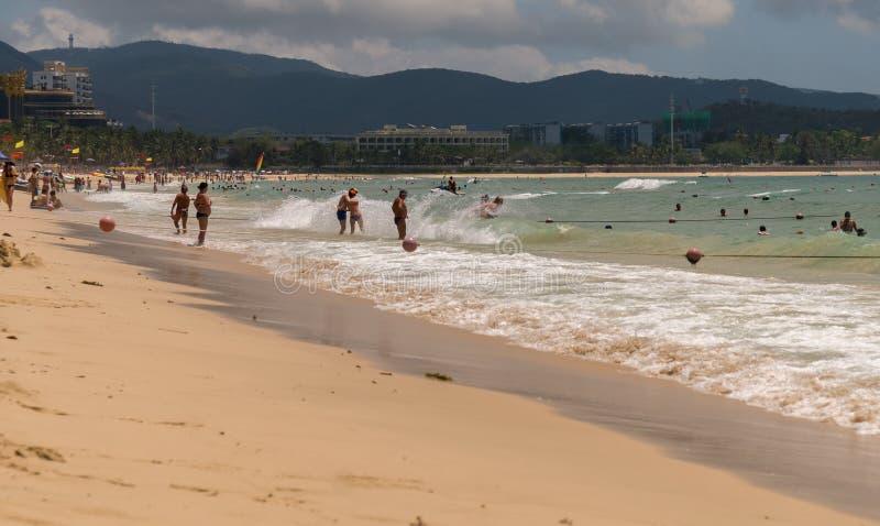 Starke Wellen von Südchinesisches Meer auf dem Dadonghai setzen auf der touristischen Insel von Hainan auf den Strand stockfotografie