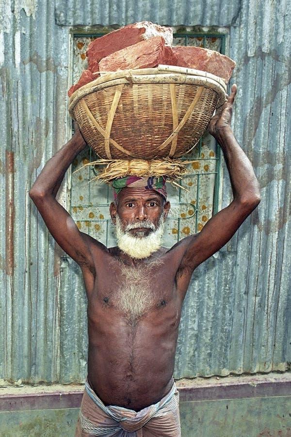 Starker älterer bangladeschischer Bauarbeiter des Porträts stockbild
