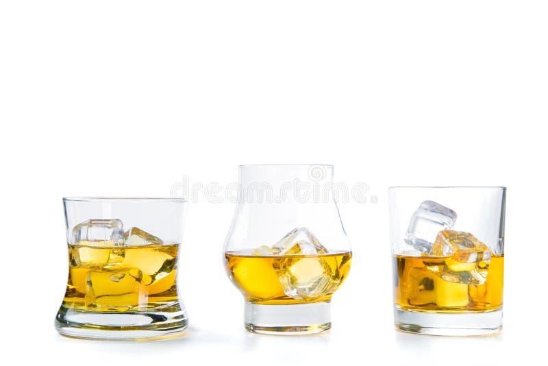 Starker Alkohol trinkt - Whisky, den Bourbon, der auf weißem Hintergrund schottisch ist stockfotos