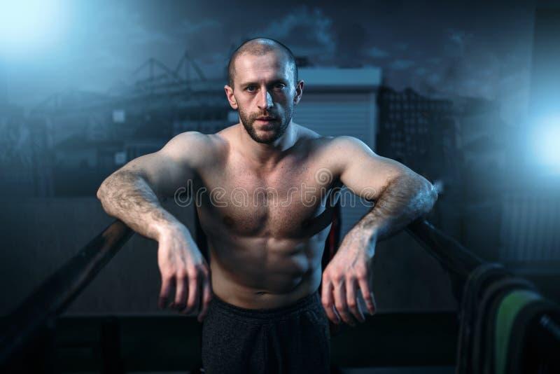 Starker Athlet auf gymnastischen Stangen in der Turnhalle lizenzfreies stockbild