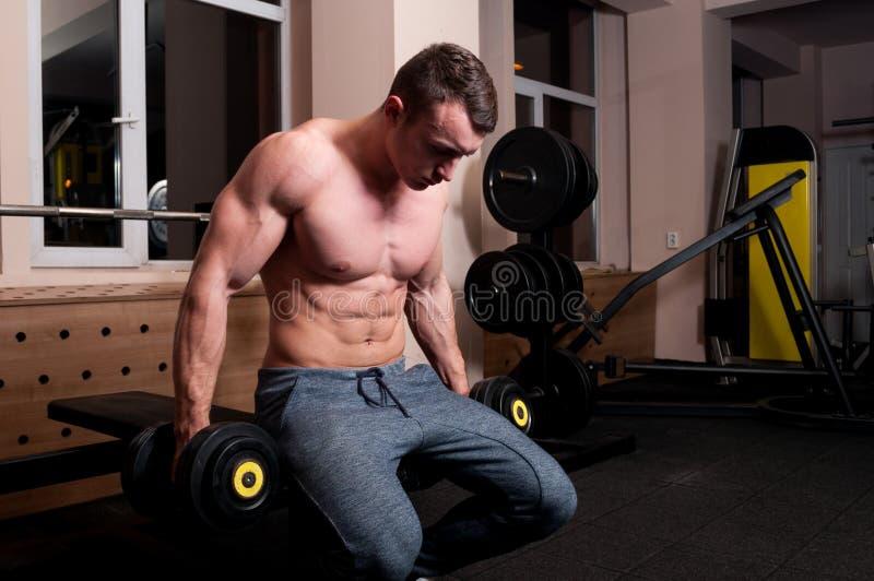 Starker Bodybuilder bereit anzuheben stockfoto