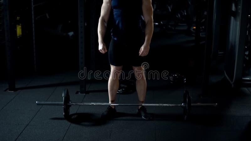 Starker Bodybuilder, der sich oben für Erhöhung schweres Barbelltrainings-Trainingsprogramm vorbereitet stockfoto