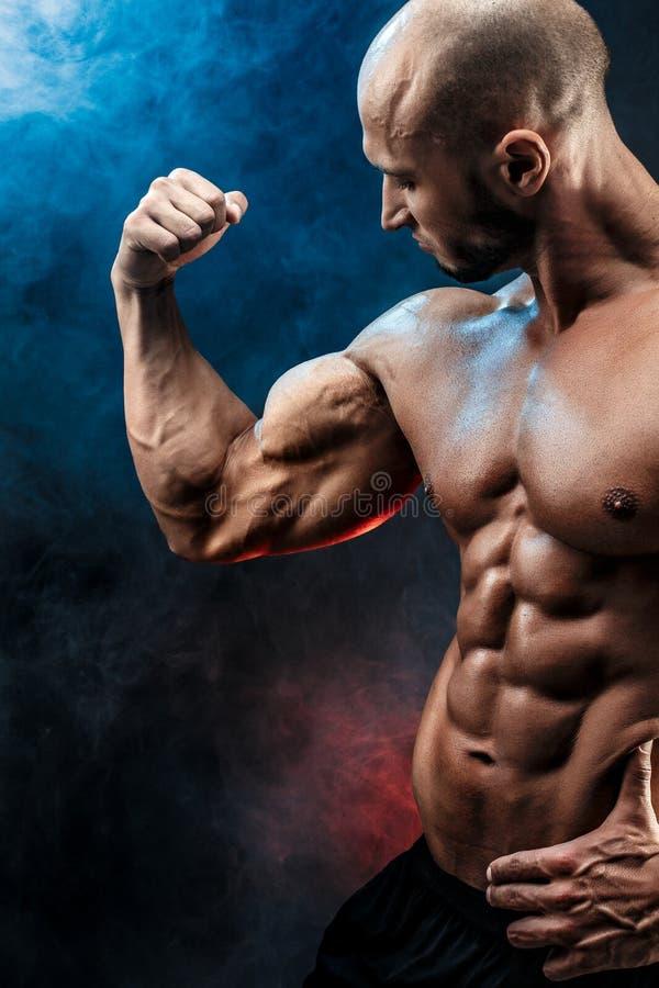 Starker Bodybuildermann mit perfekter ABS, Schultern, Bizeps, Trizeps, Kasten stockfotografie