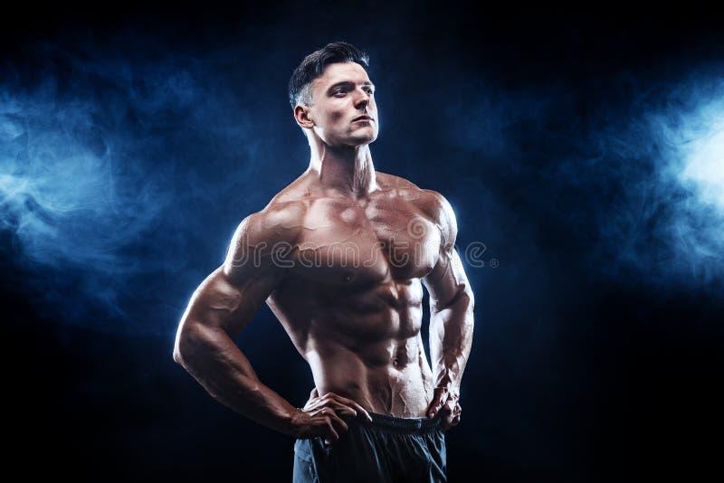 Starker Bodybuildermann mit perfekter ABS, Schultern, Bizeps, Trizeps, Kasten lizenzfreies stockfoto