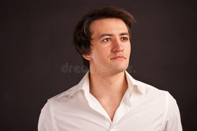Starker erwachsener Mann mit reizend Anblick auf einem schwarzen Ba lizenzfreies stockfoto