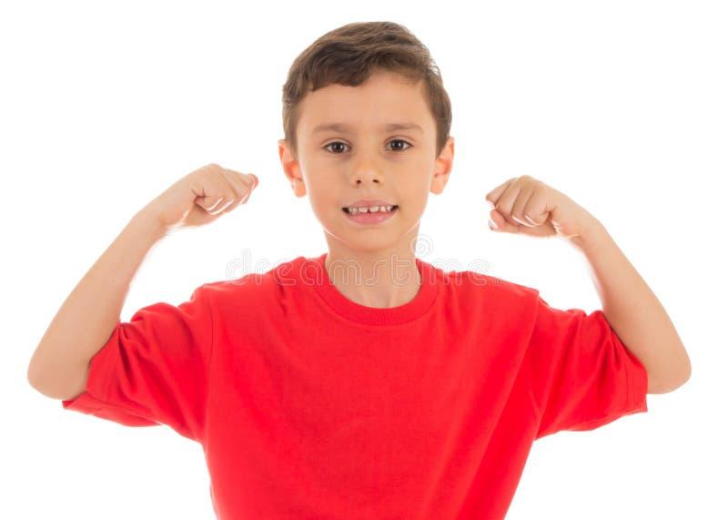 Starker Junge, der seine Bizepsmuskeln zeigt lizenzfreie stockfotografie
