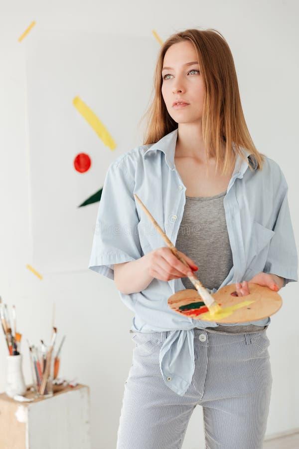 Starker junger kaukasischer Damenmaler lizenzfreies stockfoto