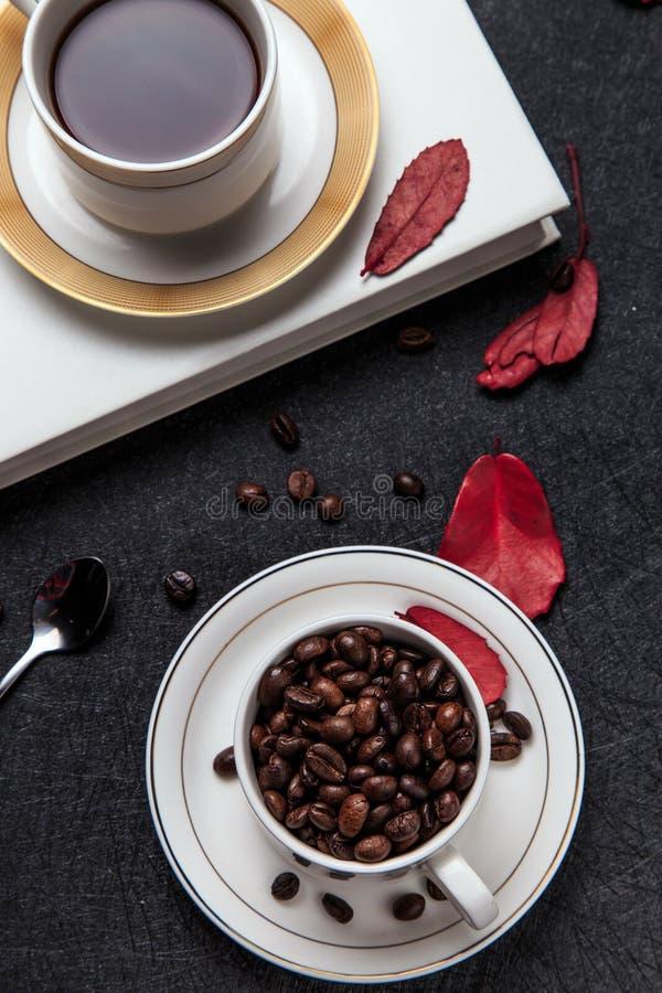 Starker Kaffee und Kaffeebohnen lizenzfreie stockfotografie