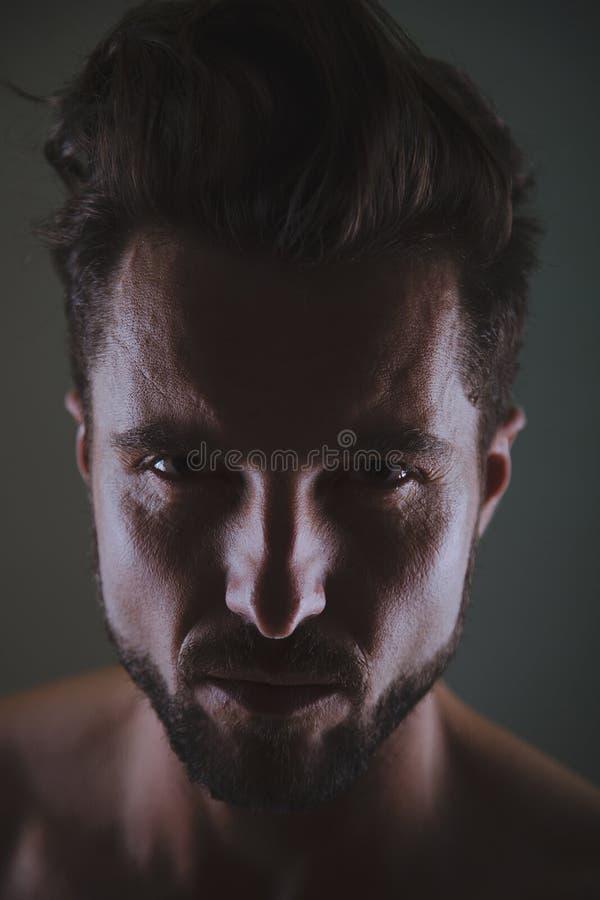 Starker Mann, der Sie betrachtet lizenzfreie stockfotografie