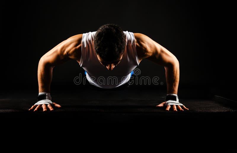 Starker Mann, der springendes StoßUPS tut lizenzfreies stockfoto