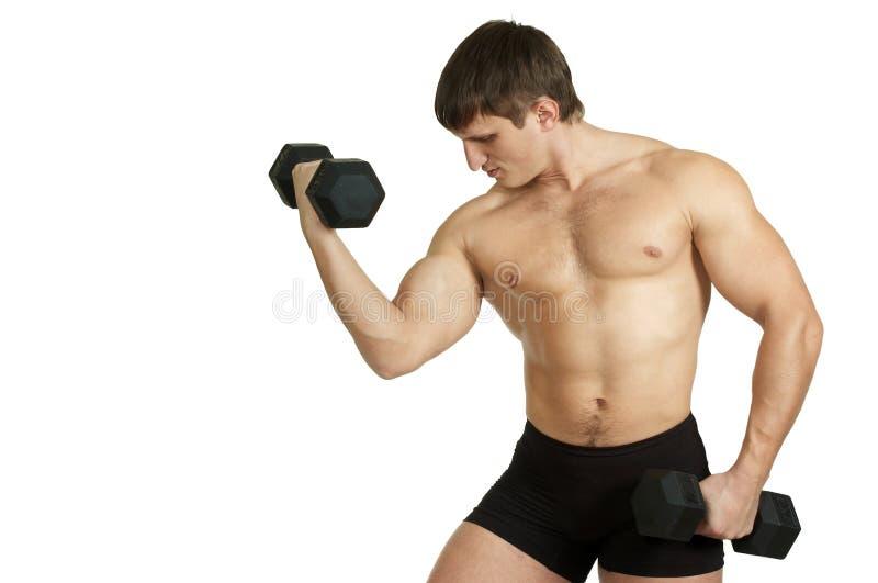 Starker Mann trainiert mit schwarzem Dumbbell lizenzfreies stockfoto