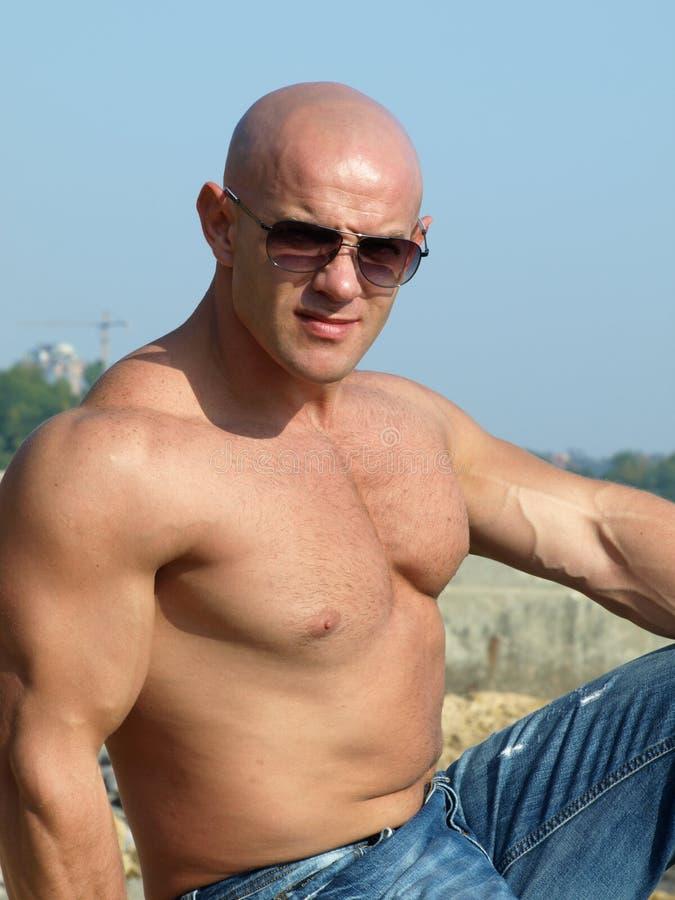 Starker muskulöser Mann lizenzfreies stockbild