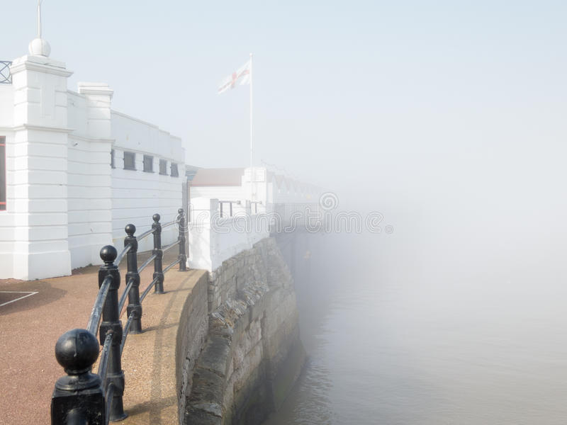 Starker Nebel vom Meer um die Pier Herne-Bucht Kent stockfotografie