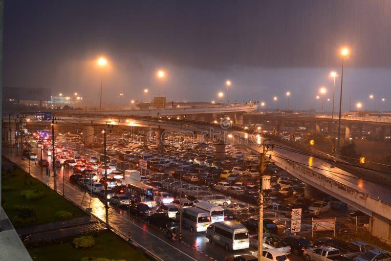 Starker Regen und Stau Lat Krabang-Station bangkok thailand stockbilder
