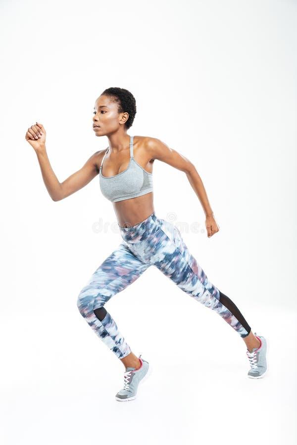 Starker schöner junger Afroamerikanersportlerinbetrieb stockfotos
