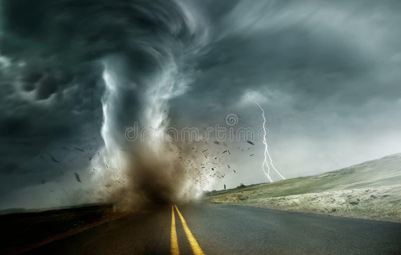 Starker Tornado, der durch Landschaft sich bewegt stockbild