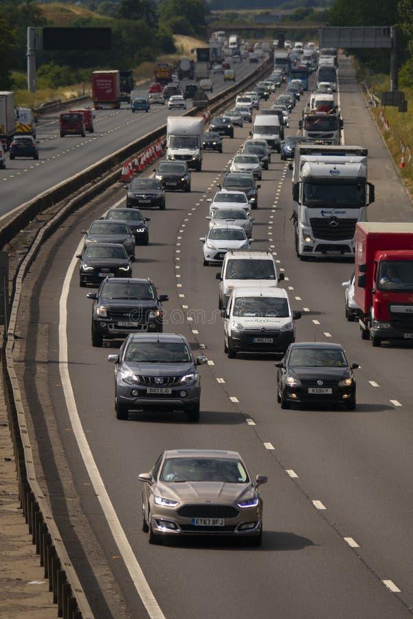 Starker Verkehr auf der Autobahn M1 lizenzfreies stockbild