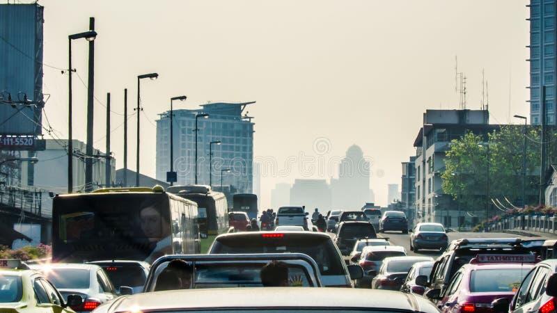 Starker Verkehr der Bangkok-MorgenHauptverkehrszeit stockfotografie