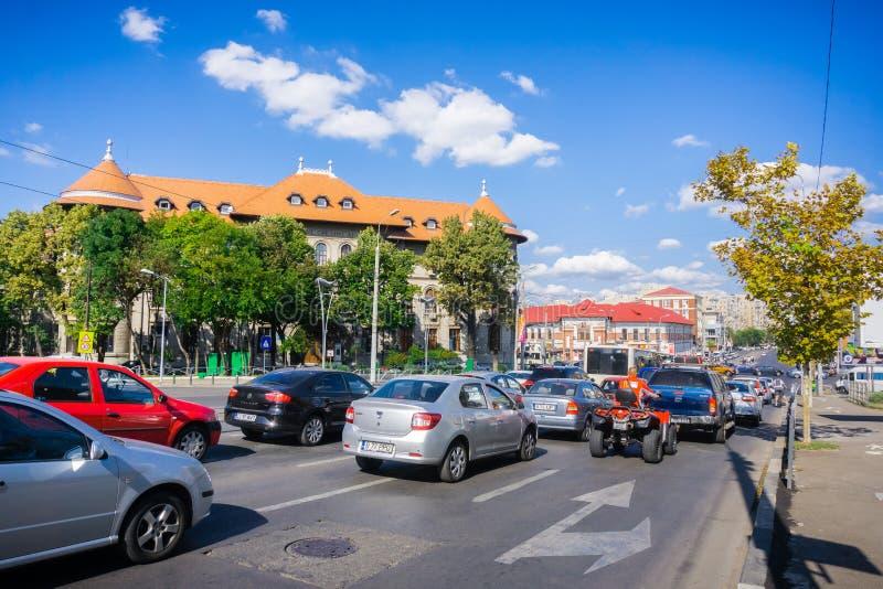 Starker Verkehr in im Stadtzentrum gelegenem Bukarest stockbild