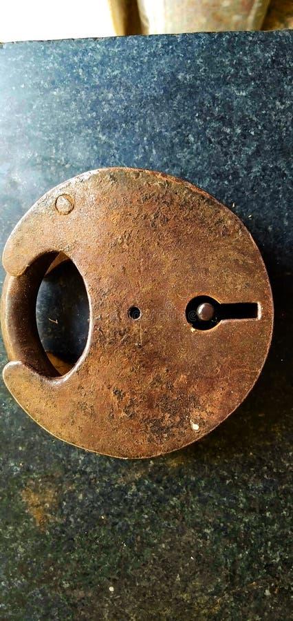 Starker Verschluss hergestellt vom alten Eisen lizenzfreie stockfotos
