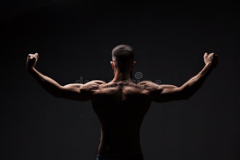 Starkes athletisches bemannt zurück lizenzfreie stockfotografie