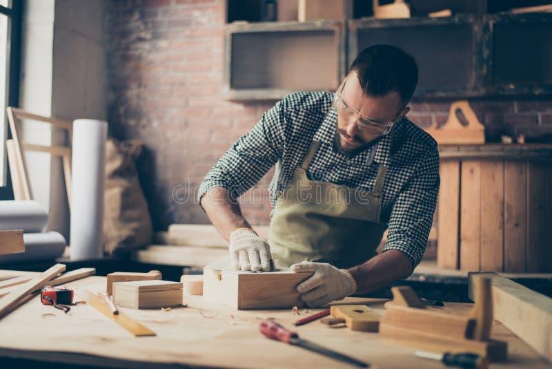 Starkes begabtes ernstes überzeugtes bärtiges handicraftsman w stockbilder