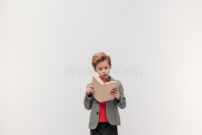 starkes kleines Schülerlesebuch stockfotografie
