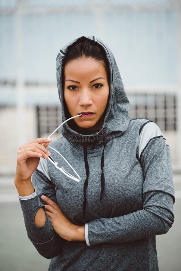 Starkes schauendes städtisches Eignungsfrauenporträt lizenzfreie stockbilder