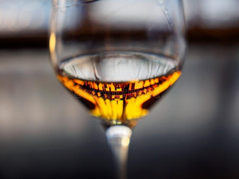 Starkspritflaskor reflekterade i whisky fyllt vinexponeringsglas, Kyoto, Japan arkivfoto