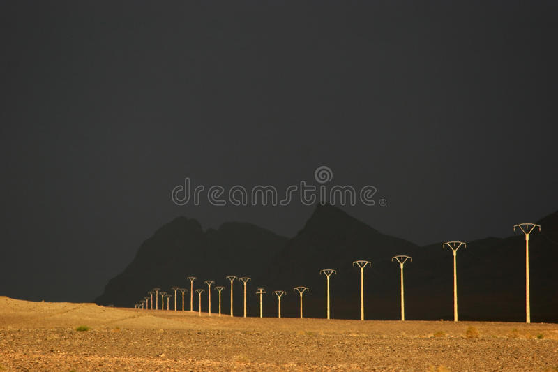 Starkstromleitung im Nachtisch stockfotografie