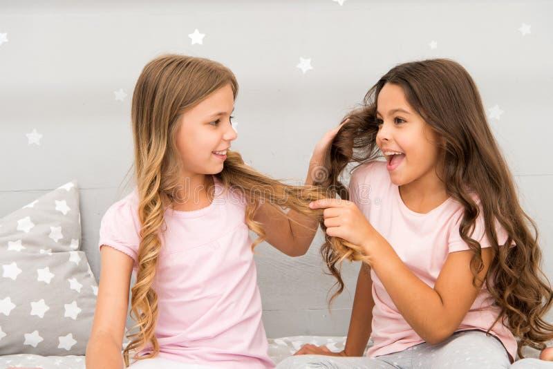 Starkt hår Gladlynt lek för barn med hår i sovrum Lyckliga barndomögonblick Lurar flickasysterbästa vän mycket arkivbild