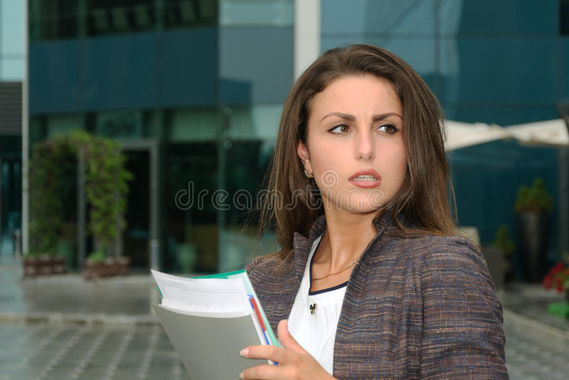 Starkt indignerad affärskvinna royaltyfria bilder