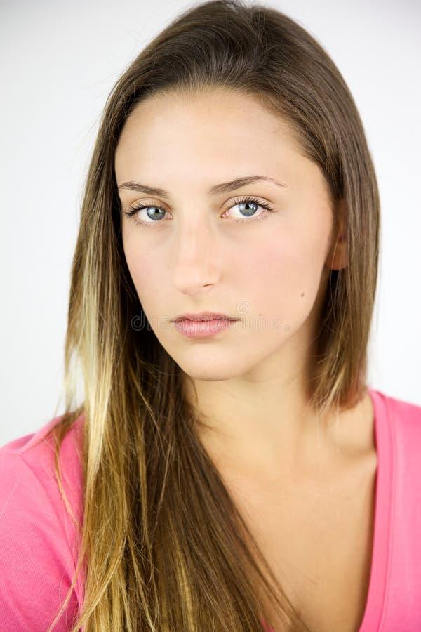 Starkt kvinnligt uttryck av den härliga tonåringen royaltyfri foto