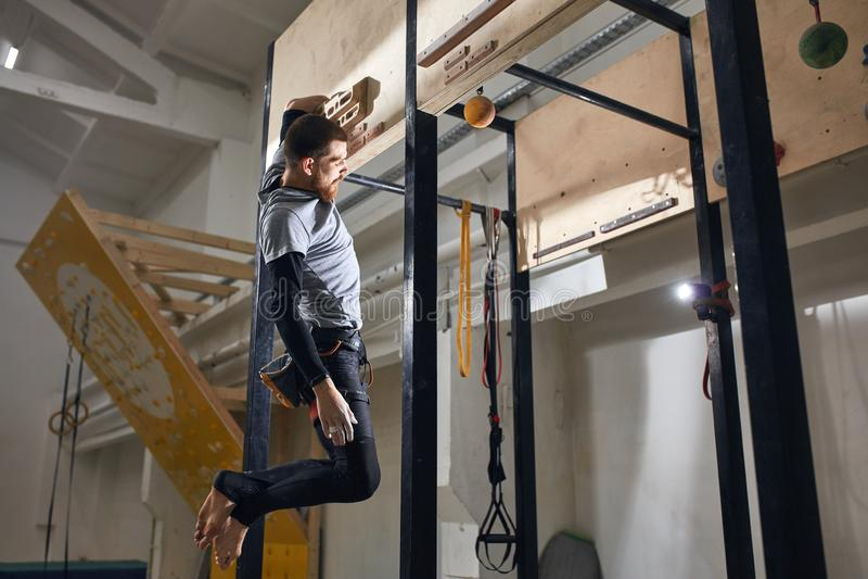 Starkt vagga klättraren med utbildning för fysiskt handikapp på special utrustning royaltyfri bild