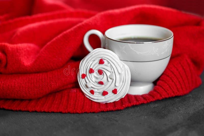 Starkt varmt kaffe och fransk maräng med hjärtor Begrepp av drinkar, fritid och livsstilen royaltyfria bilder