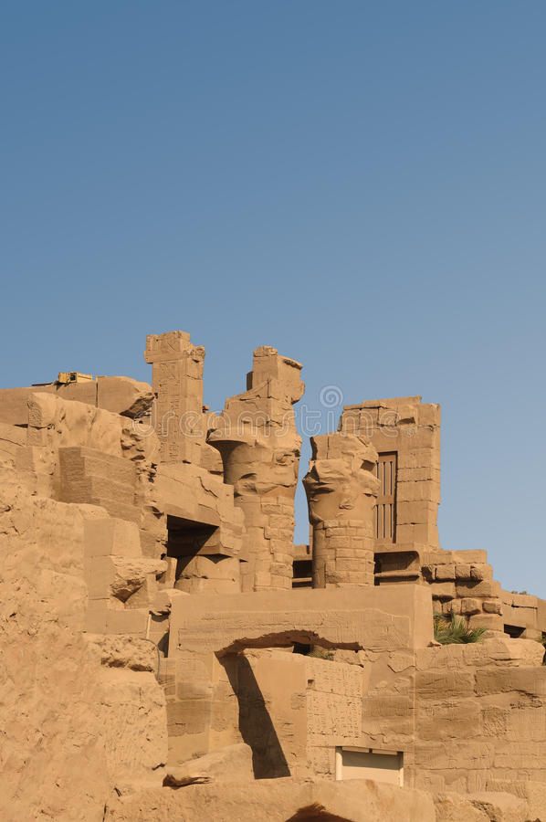 starożytnego Egiptu Kolumny dekorują z rzeźbiącymi hieroglifami egypt karnak serii świątyni thebes fotografia stock