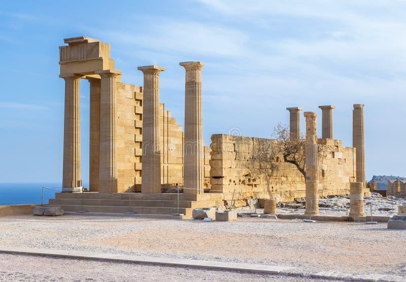 Starożytnego Grka akropol Frontowy widok kolumny i ściany blisko drzewa r zdjęcie royalty free