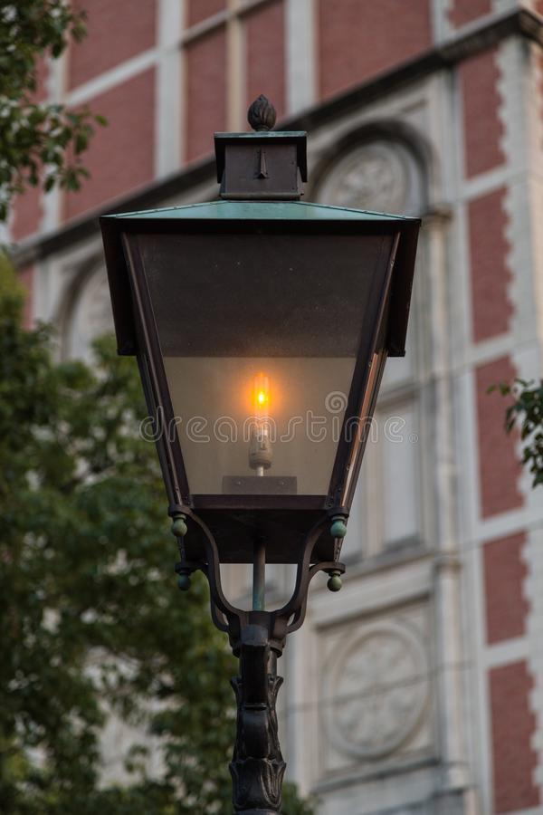 Staromodna latarnia uliczna przy półmrokiem dalej obraz stock