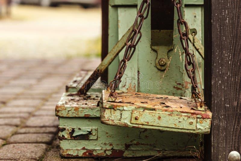 Staromodna przegniła drewniana waży maszyna obrazy stock