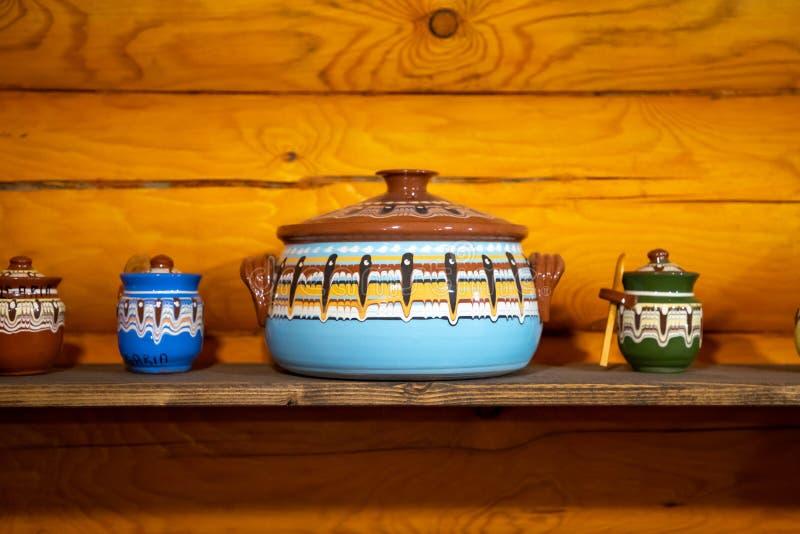 Staromodne przybory kuchenne w rosyjskim stylu ludowym na tle drewnianej ściany zdjęcia stock