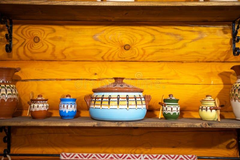 Staromodne przybory kuchenne w rosyjskim stylu ludowym na tle drewnianej ściany obraz royalty free
