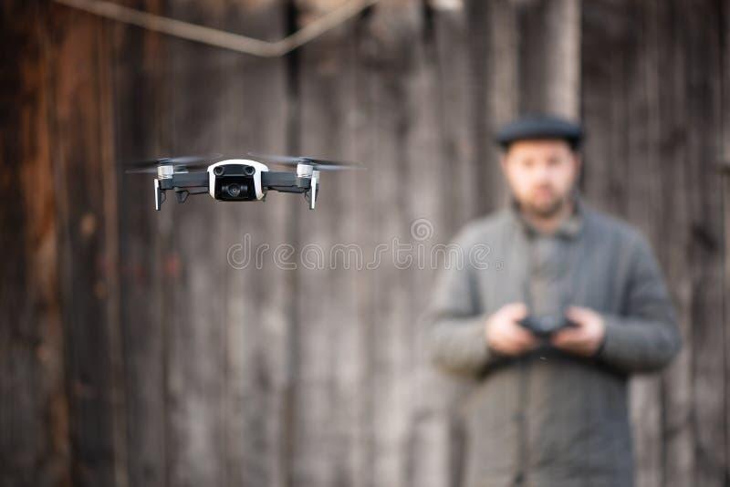 Staromodni mężczyźni od wioski wyćwiczenia latać trutnia, podstawy pilot do tv zdjęcie stock