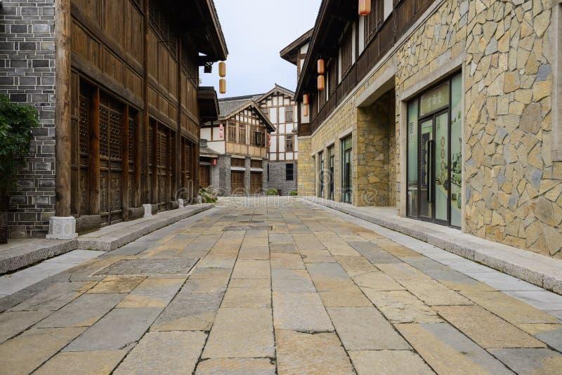Staromodni zadaszający budynki wzdłuż fliz ulicy zdjęcia royalty free