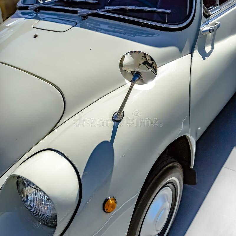 Staromodny ścisły biały samochód na słonecznym dniu obraz royalty free