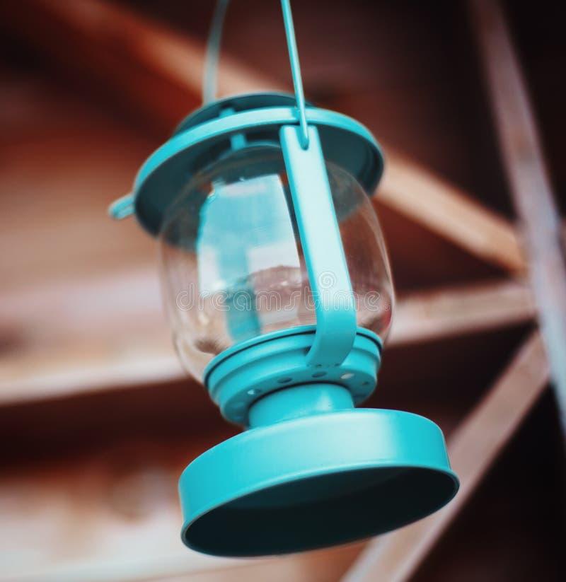 Staromodny błękitny lampion Drewniany tło obraz stock