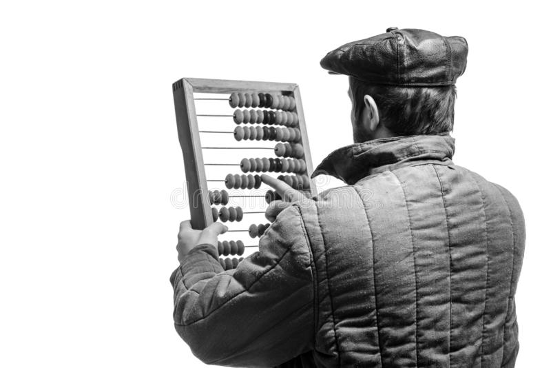 Staromodny brodaty mężczyzna liczy na retro abakusie, pracowniany strzał, monochromatyczny skutek Odliczającej ramy narzędzie obrazy stock